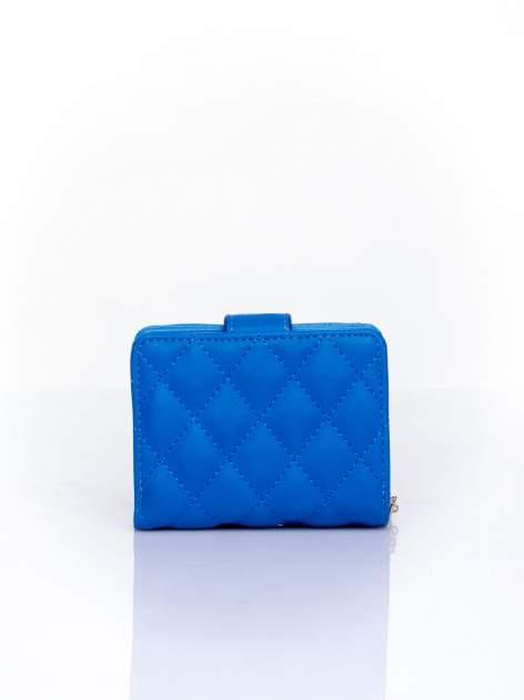 Niebieski pikowany portfel z ozdobnym zapięciem                                  zdj.                                  2