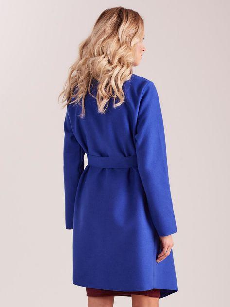 Niebieski płaszcz z kieszeniami i wiązaniem                              zdj.                              2