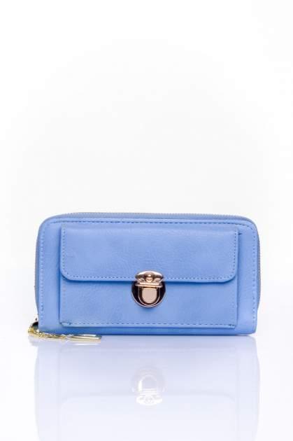 Niebieski portfel ze złotym zapięciem