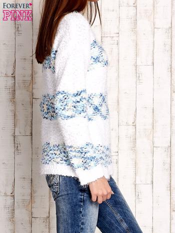 Niebieski puszysty sweter w kolorowe pasy                                  zdj.                                  3