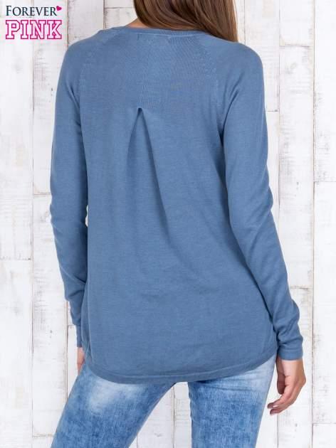 Niebieski sweter z dłuższym tyłem i zakładką na plecach                                  zdj.                                  2
