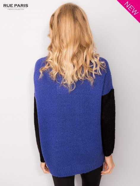 Niebieski sweter z kontrastowym pasem i rękawami                                  zdj.                                  3