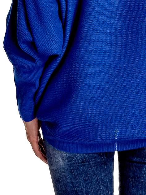Niebieski sweter z nietoperzowymi rękawami                                  zdj.                                  6
