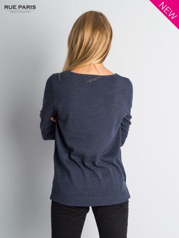 Niebieski sweter z rozporkami i dłuższym tyłem                                  zdj.                                  2