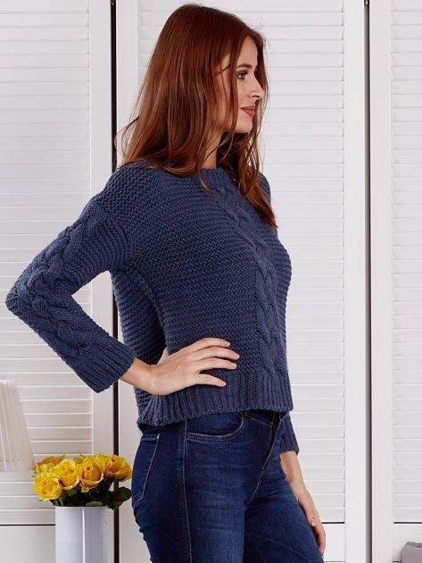 Niebieski sweter z warkoczowymi splotami                              zdj.                              5