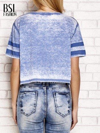 Niebieski t-shirt acid wash z literą A                                  zdj.                                  4