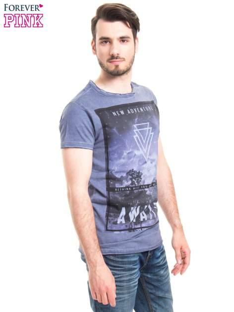 Niebieski t-shirt męski z nadrukiem NEW ADVENTURE AWAITS                                  zdj.                                  2
