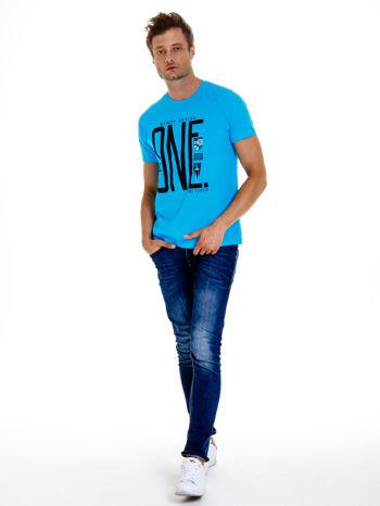 Niebieski t-shirt męski z nadrukiem i napisem ONE                                  zdj.                                  4