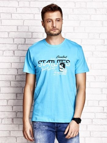 Niebieski t-shirt męski z nadrukiem napisów i cyfrą 9                                  zdj.                                  1