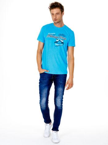 Niebieski t-shirt męski z nadrukiem napisów w sportowym stylu                                  zdj.                                  3