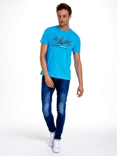 Niebieski t-shirt męski z nadrukiem napisu THE ROCKIES                                  zdj.                                  3
