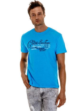 Niebieski t-shirt męski z napisami i liczbą 83
