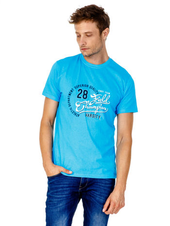 Niebieski t-shirt męski z napisem CHAMPION i liczbą 28                                  zdj.                                  1