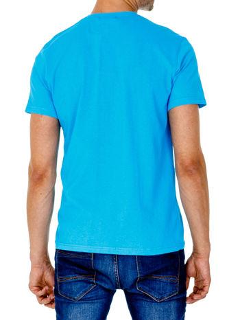 Niebieski t-shirt męski z napisem CHAMPION i liczbą 28                                  zdj.                                  2