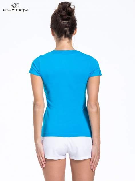 Niebieski t-shirt sportowy z kieszonką i ozdobnym dekoltem                                  zdj.                                  3