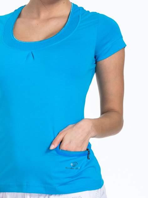 Niebieski t-shirt sportowy z kieszonką i ozdobnym dekoltem                                  zdj.                                  4