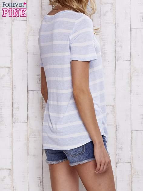 Niebieski t-shirt w paski z koronkową aplikacją                                  zdj.                                  5