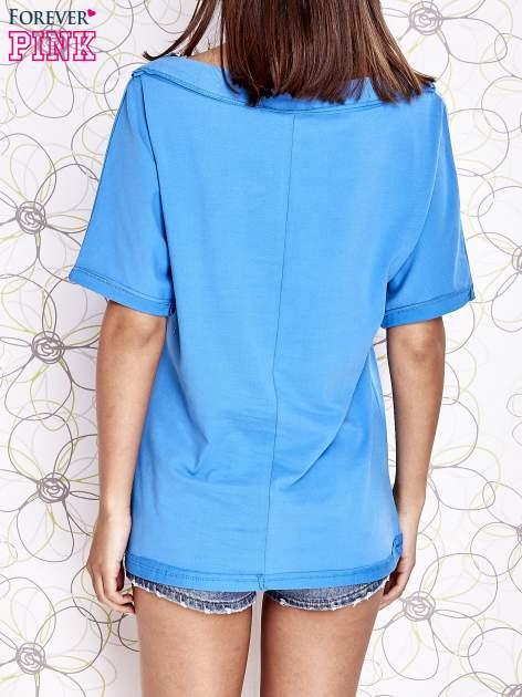 Niebieski t-shirt z dekoltem w łódkę                                  zdj.                                  4