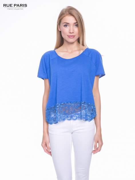 Niebieski t-shirt z koronkowym dołem                                  zdj.                                  1