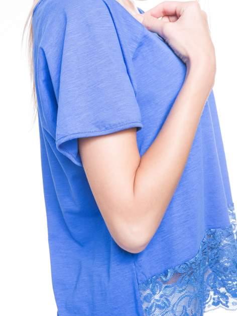 Niebieski t-shirt z koronkowym dołem                                  zdj.                                  7