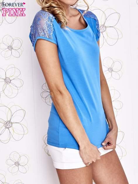 Niebieski t-shirt z koronkowym wykończeniem rękawów                                  zdj.                                  3