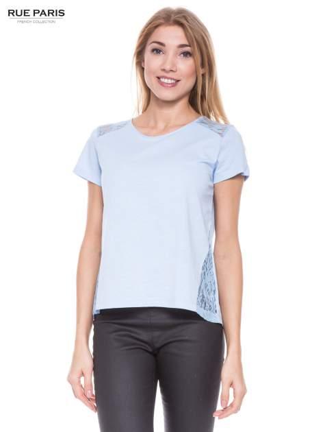 Niebieski t-shirt z koronkowymi wstawkami