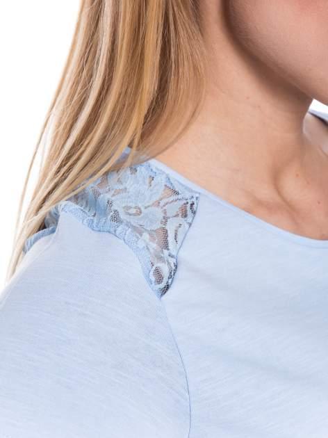 Niebieski t-shirt z koronkowymi wstawkami                                  zdj.                                  4