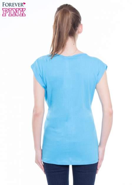 Niebieski t-shirt z nadrukiem tekstowym z efektem glitter                              zdj.                              3