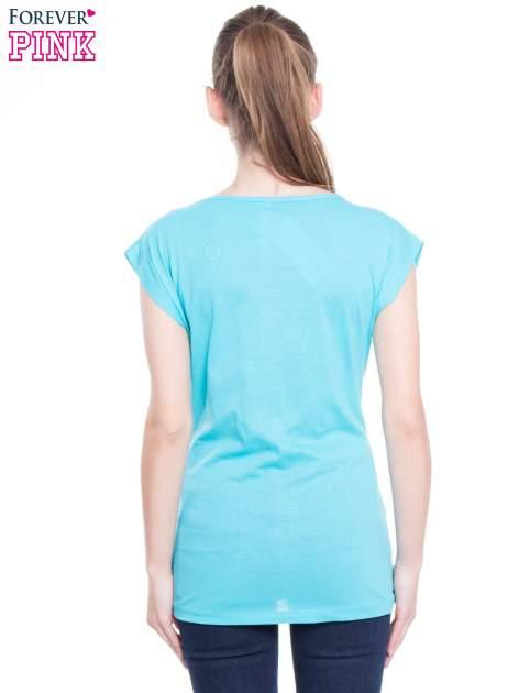 Niebieski t-shirt z nadrukiem w stylu high fashion                                  zdj.                                  3
