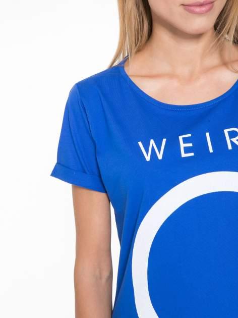 Niebieski t-shirt z napisem WEIRD                                  zdj.                                  6