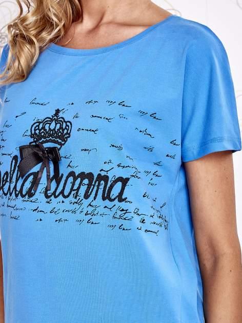 Niebieski t-shirt z ozdobnym napisem i kokardą                                  zdj.                                  5