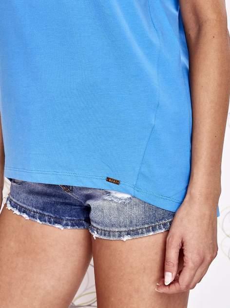 Niebieski t-shirt z ozdobnym napisem i kokardą                                  zdj.                                  6