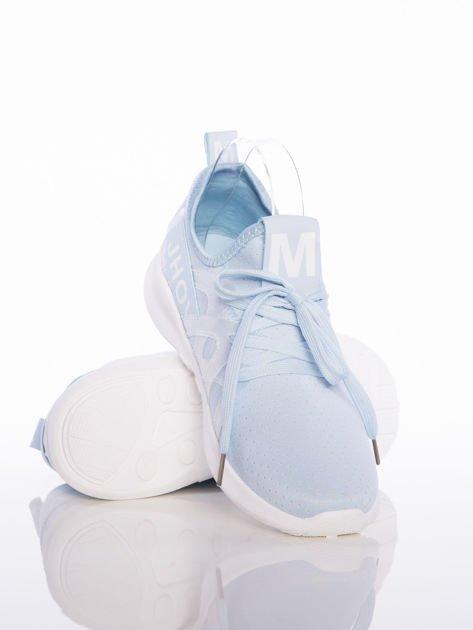 Niebieskie ażurowe buty sportowe Rue Paris z przezroczystymi szlufkami i białymi napisami                              zdj.                              4