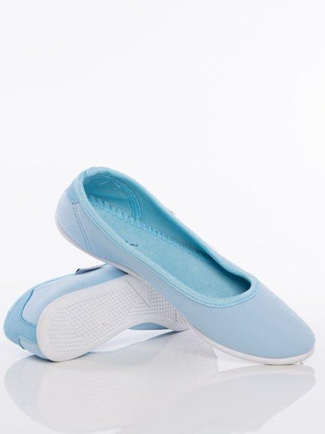 Niebieskie baleriny z materiału z zaokrąglonym noskiem                               zdj.                              4