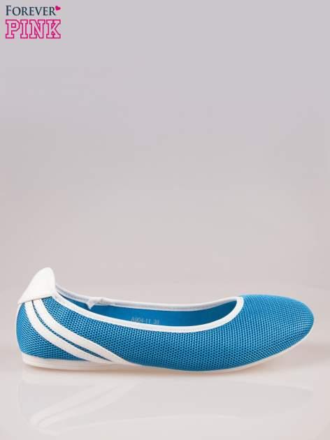 Niebieskie baleriny z paskami w sportowym stylu