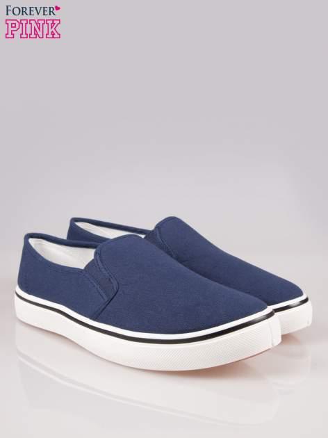 Niebieskie buty slip on na białej podeszwie                                  zdj.                                  2