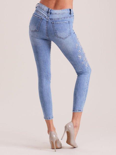 Niebieskie denimowe spodnie z aplikacją                              zdj.                              2