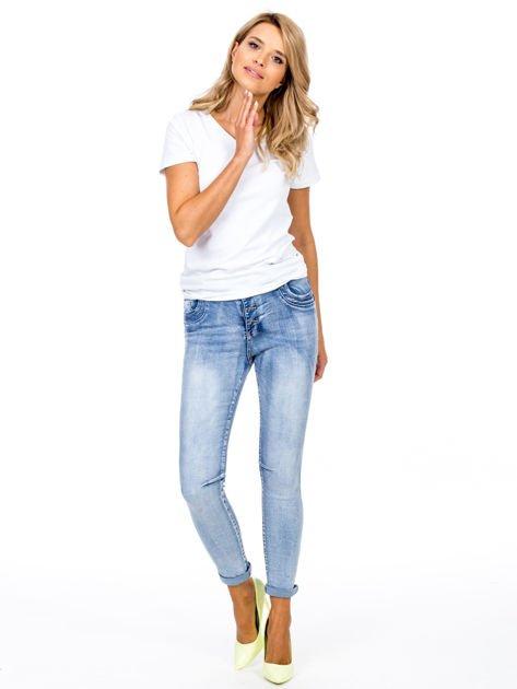 Niebieskie dopasowane jeansy z paskiem                              zdj.                              4