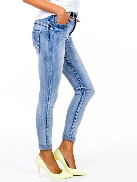 Niebieskie dopasowane jeansy z paskiem                              zdj.                              3