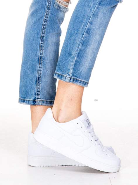 Niebieskie gniecione spodnie girlfriend jeans z dziurami                                  zdj.                                  6