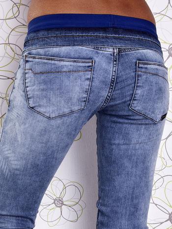 Niebieskie jeansowe spodnie na gumkę i z troczkami                                  zdj.                                  6