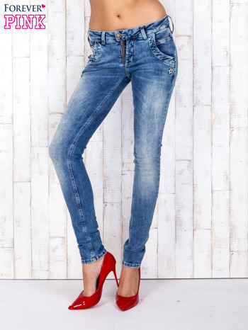 Niebieskie jeansowe spodnie rurki z przetarciami i haftami                                  zdj.                                  1
