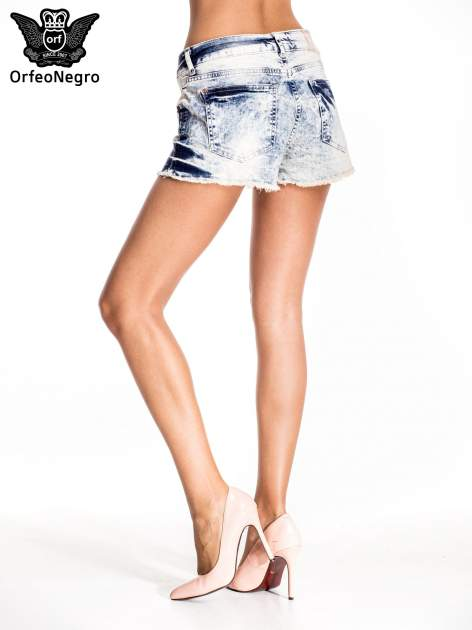 Niebieskie jeansowe szorty marmurki z poszarpaną nogawką                                  zdj.                                  4