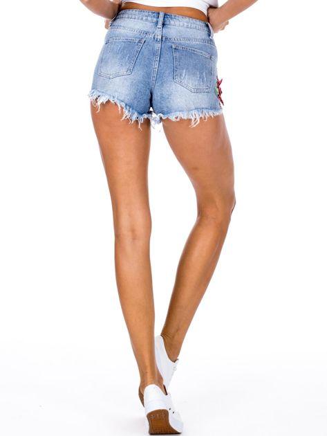 Niebieskie jeansowe szorty z kwiatową aplikacją                              zdj.                              2