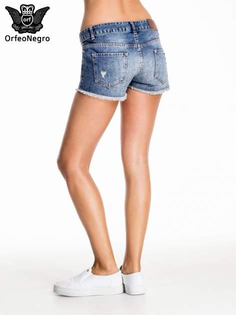 Niebieskie jeansowe szorty z postrzępioną nogawką                                  zdj.                                  4