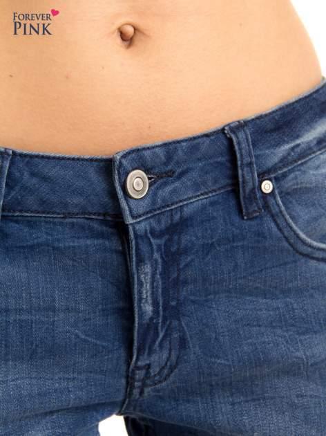 Niebieskie jeansy rurki z przetarciami                                  zdj.                                  6