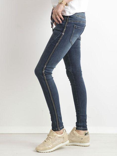 Niebieskie jeansy z cekinowym lampasem                              zdj.                              3