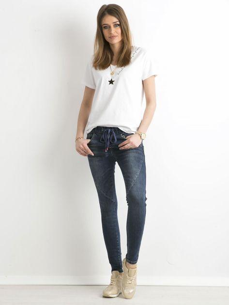Niebieskie jeansy z cekinowym lampasem                              zdj.                              5