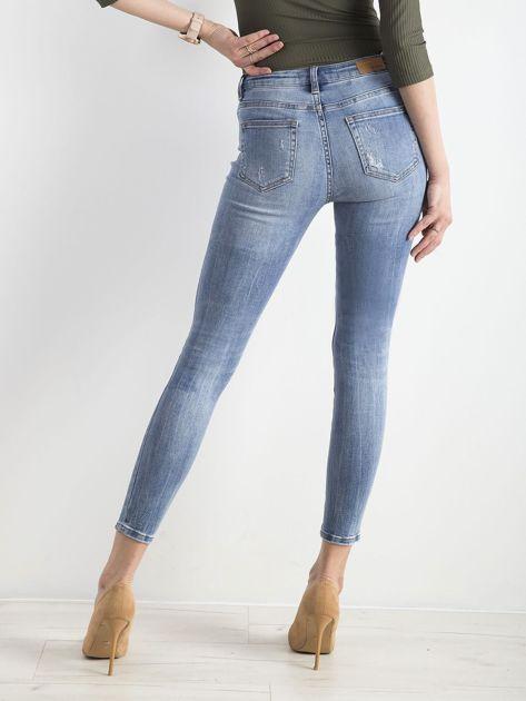 Niebieskie jeansy z dziurami                              zdj.                              2