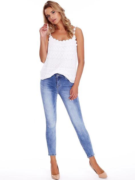 Niebieskie jeansy z guzikami na nogawkach                              zdj.                              4